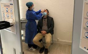 Une pharmacienne pratique un test antigénique, à Nantes.