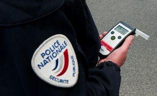 Un policier effectuant un contrôle d'alcoolémie. (Illustration)