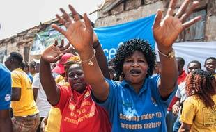 Des femmes fêtent la fin de l'épidémie d'Ebola déclarée en Sierra Leone, le 7 novembre 2015.