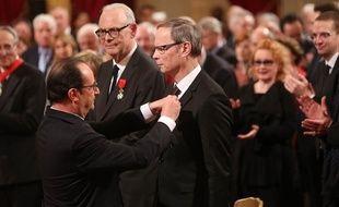 Le prix Nobel d'économie Jean Tirole reçoit des mains du président François Hollande les insignes d'officier de la Légion d'honneur, le 18 février 2015 à l'Elysée.