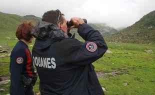 Des douaniers dans les Pyrénées françaises, près d'Ax, non loin de l'Andorre, traquant les contrebandiers de cigarettes.