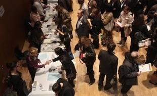 Les nouvelles inscriptions au chômage ont progressé pour la deuxième semaine de suite aux Etats-Unis après être tombées à leur niveau le plus faible en quatre ans, selon des chiffres publiés jeudi à Washington par le département du Travail.