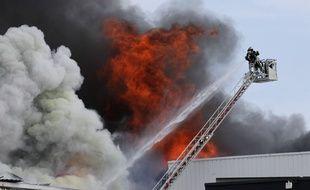 Des sapeurs-pompiers lors d'un incendie dans le Rhône en 2012 (photo d'illustration)