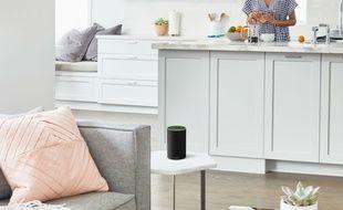 L'enceinte Echo d'Amazon s'intègre facilement dans une petite pièce.
