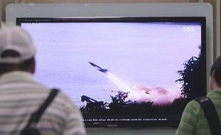 Des Sud-Coréens regardent à la télévision un tir de missile nord-coréen, le 29 juin 2014 à Séoul.