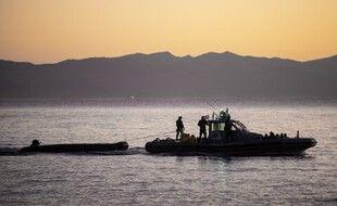 Une patrouille Frontex et le pneumatique transportant des migrants qu'elle a intercepté arrivent au port de Skala Sikamias, sur l'île grecque de Lesbos, le 29 septembre 2019.