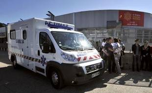 Le samu devant le lycée Jean-Moulin de Béziers, où une enseignante a tenté de s'immoler par le feu le 13 octobre 2011.