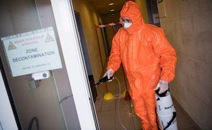 Le centre de décontamination de Trignac, aménagé dans un gymnase.