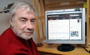 L'anthropologue belge Paul  Jorion pose devant la page de son blog à son domicile de Vannes, le 08  décembre 2010. Après avoir longtemps endossé le costume de financier -  prédisant au passage la crise des subprimes - Paul Jorion vit désormais  des 2.000 euros mensuels donnés par les lecteurs de son blog, devenu une  référence en matière économique.
