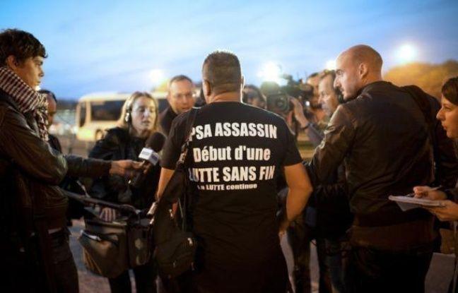 """Les ouvriers de PSA Peugeot-Citroën affluaient mardi matin à l'usine d'Aulnay-sous-Bois, doutant qu'un rapport sur le groupe, qui doit être publié dans la matinée, """"changera quoi que ce soit"""" à la fermeture prévue de leur usine."""