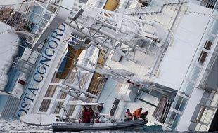 Le Costa Concordia au large de l'île de Giglio, en Italie le 15 janvier 2012.