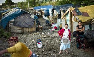 Des femmes dans un camp de Roms le 30 juillet 2010, près de Lyon.