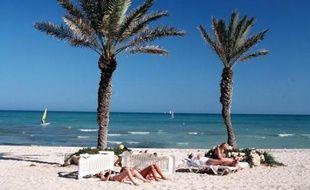Des touristes sur une plage à Djerba (Tunisie)
