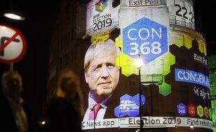 Le visage de Boris Johnson sur l'immeuble de la BBC à Londres, le 12 décembre 2019, alors que les conservateurs sont donnés largement gagnants des législatives britanniques.