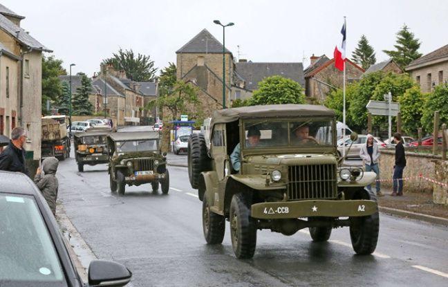 Un véhicule de la Seconde guerre mondiale traverse la commune de Vierville sur Mer, près d'Omaha Beach, le 4 juin 2014.