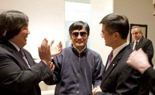 Les Etats-Unis sont prêts à aider le militant des droits civiques Chen Guangcheng s'il a changé d'avis et veut désormais quitter la Chine, a déclaré jeudi un responsable américain