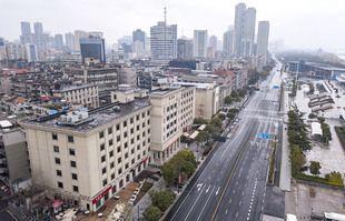 Une photo aérienne prise le 26 janvier 2020 montre un boulevard au bord de la rivière à Wuhan, dans la province du Hubei en Chine centrale.