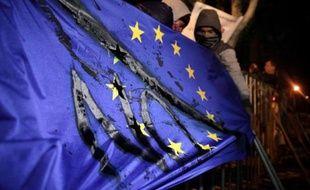 Le Parlement chypriote, réuni en session extraordinaire, a adopté vendredi soir une loi sur la restructuration du système bancaire, dans le cadre du plan de sauvetage que Nicosie doit conclure avant lundi avec ses partenaires européens pour éviter la banqueroute.