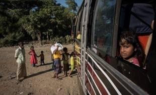 Des Rohingyas venus de Birmanie prennent le bus pour se rendre dans l'un des camps de réfugiés du Bangladesh en 2017.