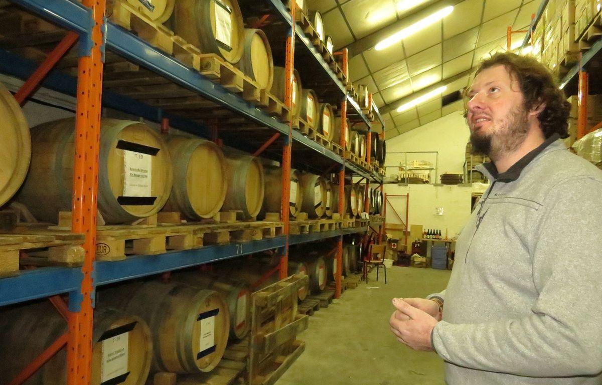Olivier Duthoit devant ses fûts de bière – O. Aballain