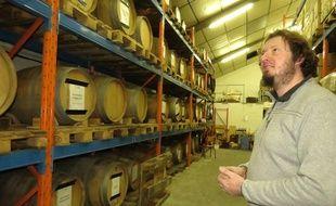 Olivier Duthoit devant ses fûts de bière