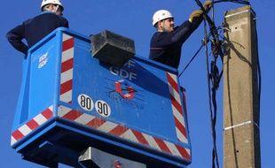 Illustration d'une intervention sur une ligne électrique.
