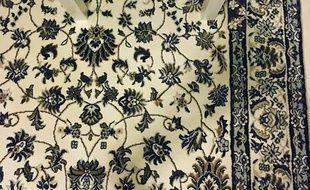 Un iPhone se cache parmi les fleurs du tapis.