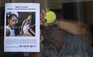 Un restaurateur affiche sur sa vitrine l'appel à témoins pour retrouver Maëlys, la fillette de 9 ans qui a disparu dans la nuit de samedi à dimanche 27 août 2017 à Pont-de-Beauvoisin (Isère).