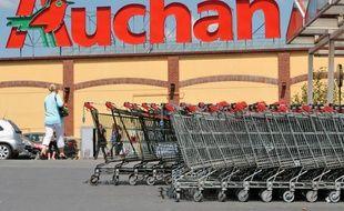 Le groupe de distribution Auchan a annoncé mercredi la mise en place dans le Nord/Pas-de-Calais de sa première filière régionale de transformation de ses déchets plastiques, afin de produire des sacs de caisse 100% recyclés.