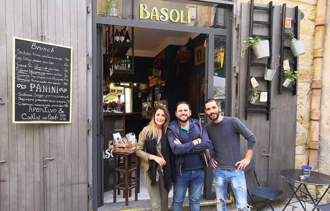 Gianluca (au centre), patron du bar «Le basalo» avec sa compagne et son employé.