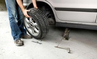 Elle s'est enfermée dans sa voiture pour essayer de prendre en flagrant délit les voleurs de ses roues.