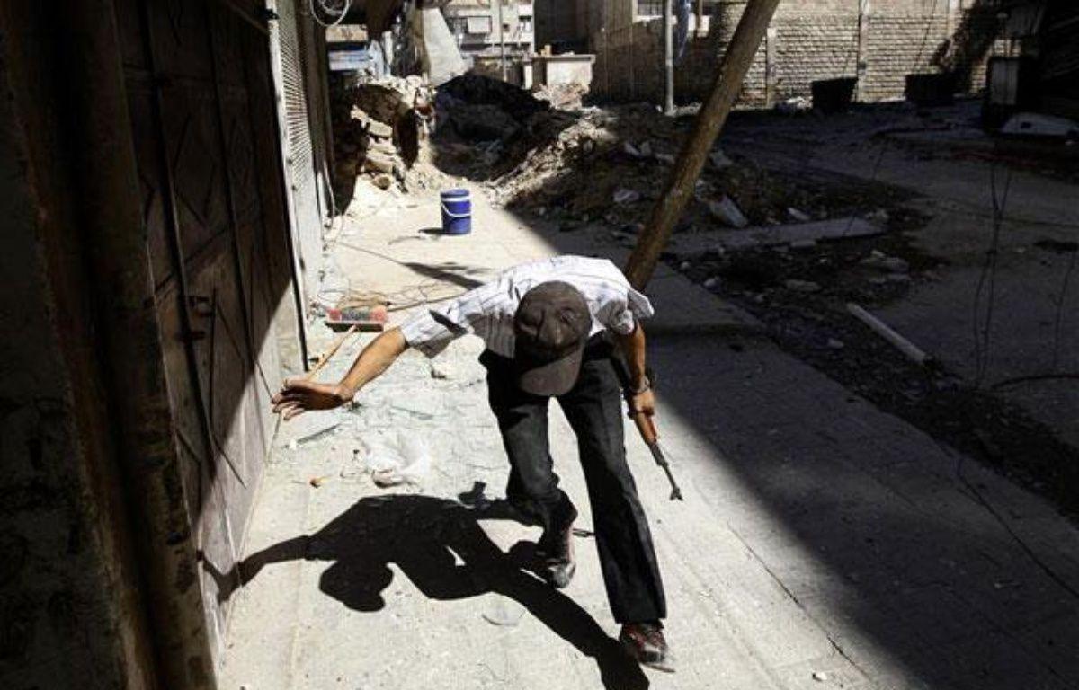 Un rebelle syrien dans le quartier de Salaheddine, à Alep, le 7 août 2012. – REUTERS/Goran Tomasevic