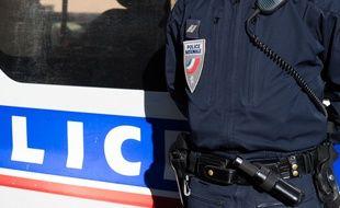 Un policier en tenue avec son dispositif radio.