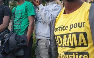"""Plusieurs t-shirt affichent le slogan """"Justice pour Adama"""", en référence à l'affaire Adama Traoré."""