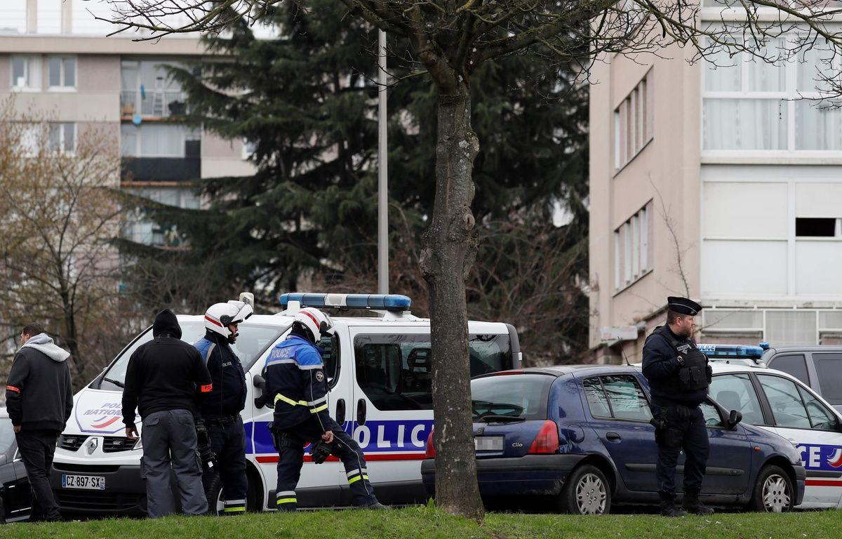 Les enquêteurs fouillent le domicile de Ziyed Ben Belgacem à Garges-les-Gonesse, samedi 18 mars.  – Thomas Samson/AFP