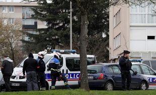 Les enquêteurs fouillent le domicile de Ziyed Ben Belgacem à Garges-les-Gonesse, samedi 18 mars.