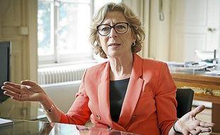 Geneviève Fioraso, Secrétaire d'Etat à l'Enseignement superieur dans son bureau le 16 mai 2013.