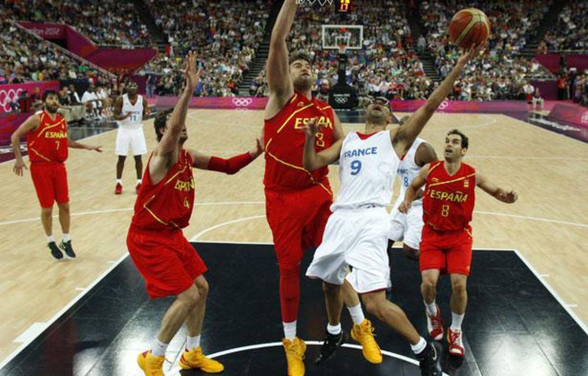 Tony Parker tente de marquer un panier contre l'Espagne, le 8 août 2012, à Londres. – SERGIO PEREZ / POOL / AFP
