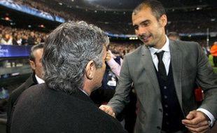 L'entraineur de Barcelone, Pep Guardiola, et celui de l'Inter Milan, José Mourinho, après un match de Ligue des champions, le 24 novembre 2009