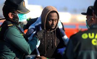 Un migrant pris en charge par la Garde civile espagnole à Malaga le 16 février 2018