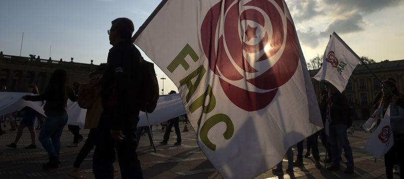 Une personne brandit le drapeau des Farc lors d'une mobilisation à Bogota en mars 2019