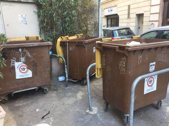 Les rats se nourrissent souvent dans les poubelles et des déchets abandonnés.