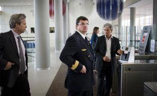 Le vice-président des opérations de vols Air France Eric Schramm (c) le 27 mai 2011 au siège de la compagnie aérienne à Roissy, en banlieue nord de Paris, après la publication du rapport d'enquête du BEA sur le crash du vol AF447 Rio-Paris