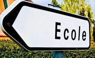 Un panneau indiquant la direction d'une école (illustration)