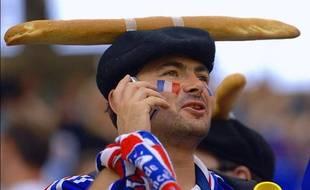 Un supporter de l'équipe de France coiffé d'un béret et d'une baguette lors de la coupe du monde de football en 2006.