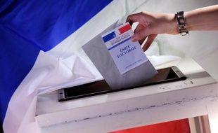 Une personne vote