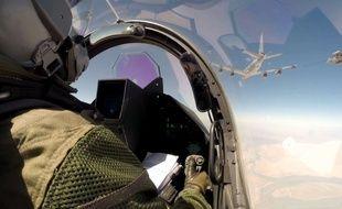 Un pilote de l'armée de l'air française survole l'Irak à bord d'un Rafale, le 19 septembre 2014, dans le cadre de la lutte contre Daesh menée par une coalition internationale.