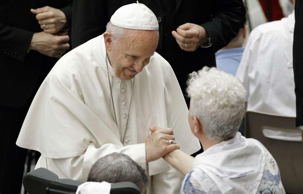 Lors d'une audience au Vatican en présence de centaines de malades, le 18 mai 2017, le pape François a rendu hommage aux scientifiques étudiant la maladie neurodégénérative de Huntington, tout en les priant de proscrire toute recherche utilisant des embryons humains.    – G Ciccia/Pacific Press/SIPA