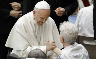 Lors d'une audience au Vatican en présence de centaines de malades, le 18 mai 2017, le pape François a rendu hommage aux scientifiques étudiant la maladie neurodégénérative de Huntington, tout en les priant de proscrire toute recherche utilisant des embryons humains.