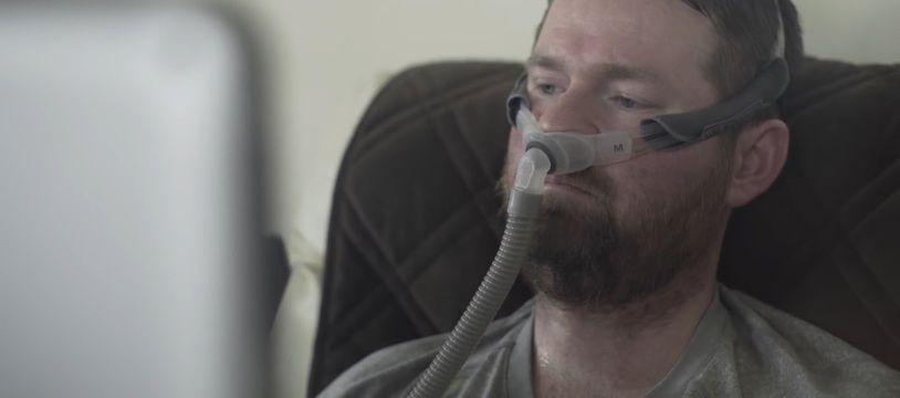 Atteint d'une maladie rare, il ré-entend sa voix pour la première fois - Le Rewind